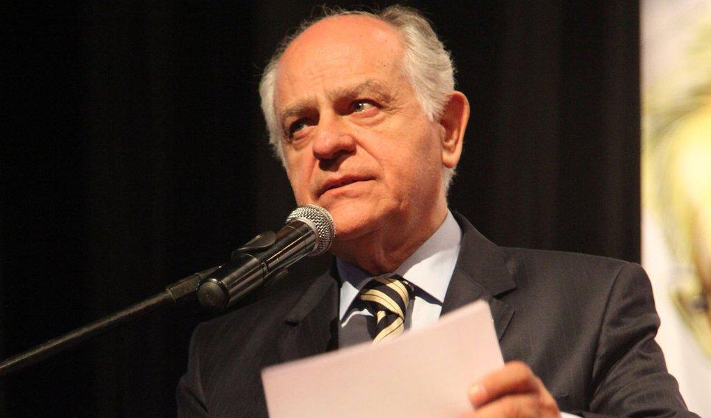 """Em meio às especulações de que o ex-ministro Pimenta da Veiga (PSDB) desistiria da sua candidatura ao governo de Minas em decorrência da denúncia de ter recebido R$ 300 mil das agências publicitária de Marcos Valério,o presidente do PTB mineiro, deputado Dilzon Melo, disse que os boatos foram espalhados por adversários que estariam """"desesperados""""; """"Não vamos dar respostas para alimentar ainda mais fofoca. Simplesmente estaremos juntos"""""""