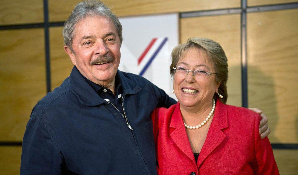 """Em artigo, ex-presidente afirma que """"a consagradora vitória"""" da candidata de esquerda Michelle Bachelet à presidência do Chile """"revela também que o povo chileno, tal como os outros povos da região, anseia por um verdadeiro desenvolvimento""""; segundo Lula, ela é uma """"referência importante"""" no continente"""