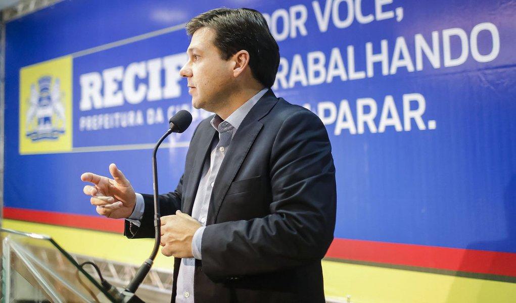 """Prefeito do Recife, Geraldo Julio (PSB), admitiu que a Capital ainda não está pronta para enfrentar chuvas como a que assolou a cidade nesta terça-feira (22), onde foram registrados 81 milímetros em três horas, o maior índice em 10 anos;""""O que deveria chover durante 12 dias em abril, choveu em três horas. Nenhuma cidade do mundo está preparada para isso, muito menos o Recife"""", afirmou o gestor"""