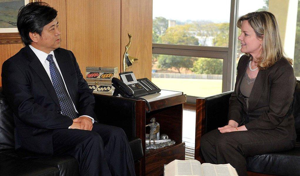 """Ministra-chefe da Casa Civil viaja a convite do do embaixador da China no Brasil, Li Jinzhang com foco nas concessões de ferrovias federais. Programa prevê atrair R$ 240 bilhões em infraestrutura. """"Vai surpreender os pessimistas, porque não só as grandes empresas vão participar"""""""
