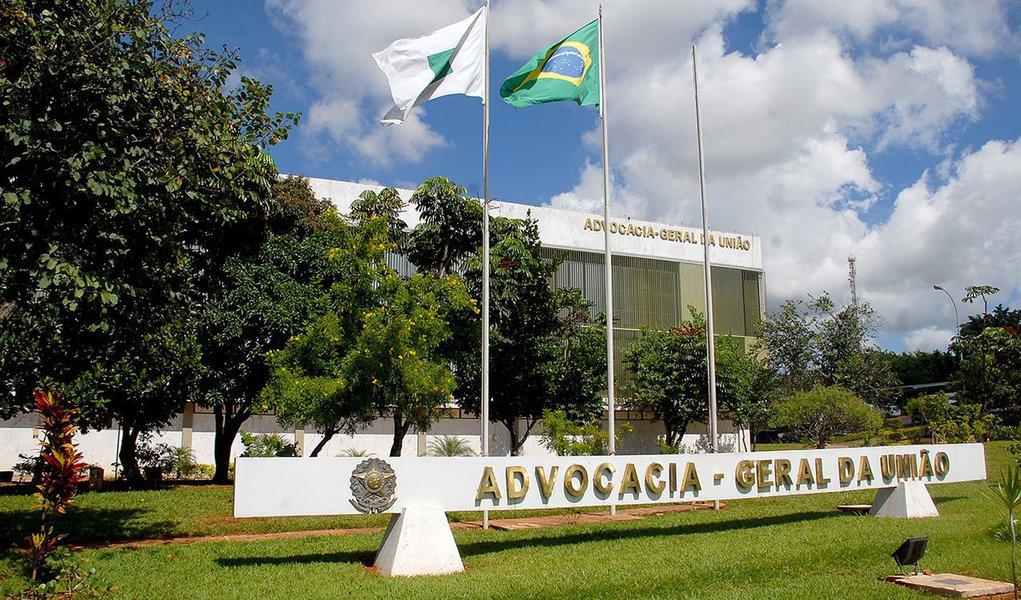 Advocacia-Geral da União (AGU) pediu nesta segunda (14) ao Tribunal de Contas da União que investigue a quebra de sigilo do processo que apura os negócios da Petrobras na compra da Refinaria de Pasadena, nos Estados Unidos; a AGU pede que a Polícia Federal seja acionada para apurar o vazamento de dados do processo