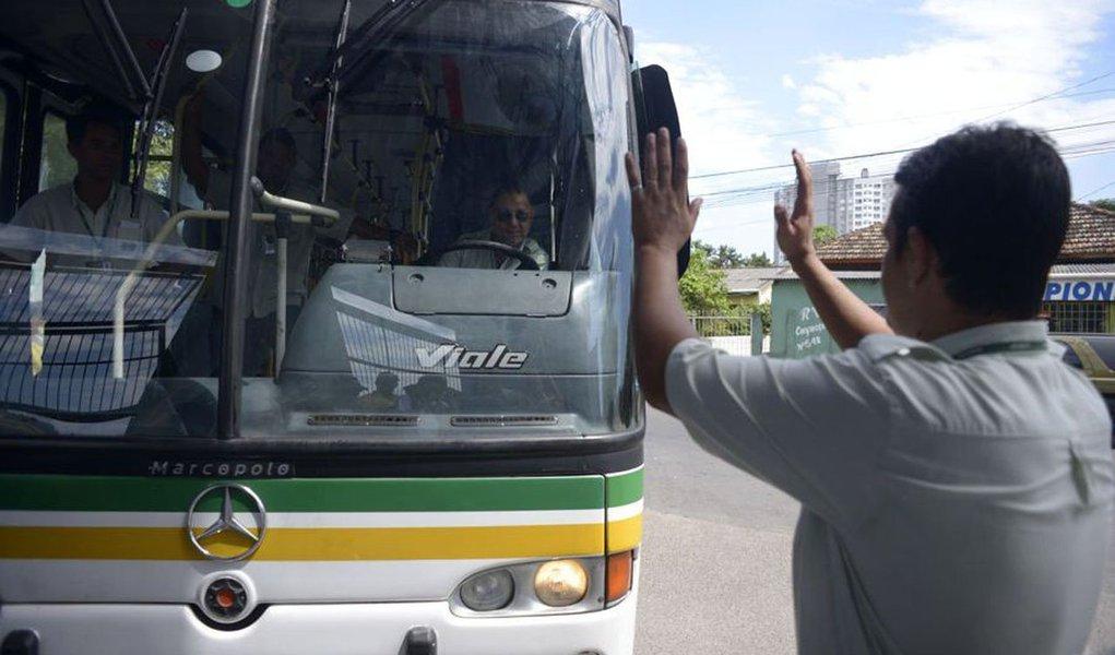 Um grupo de rodoviários protesta em frente à duas empresas do consórcio STS, na zona sul de Porto Alegre; trabalhadores bloqueiam as garagens da Viação Teresópolis Cavalhada (VTC) e da Trevo, impedindo as saídas dos ônibus; o motivo da mobilização é o desconto nos salários relativo ao período da greve encerrada no mês passado, que durou 15 dias e a demissão de um funcionário da VTC