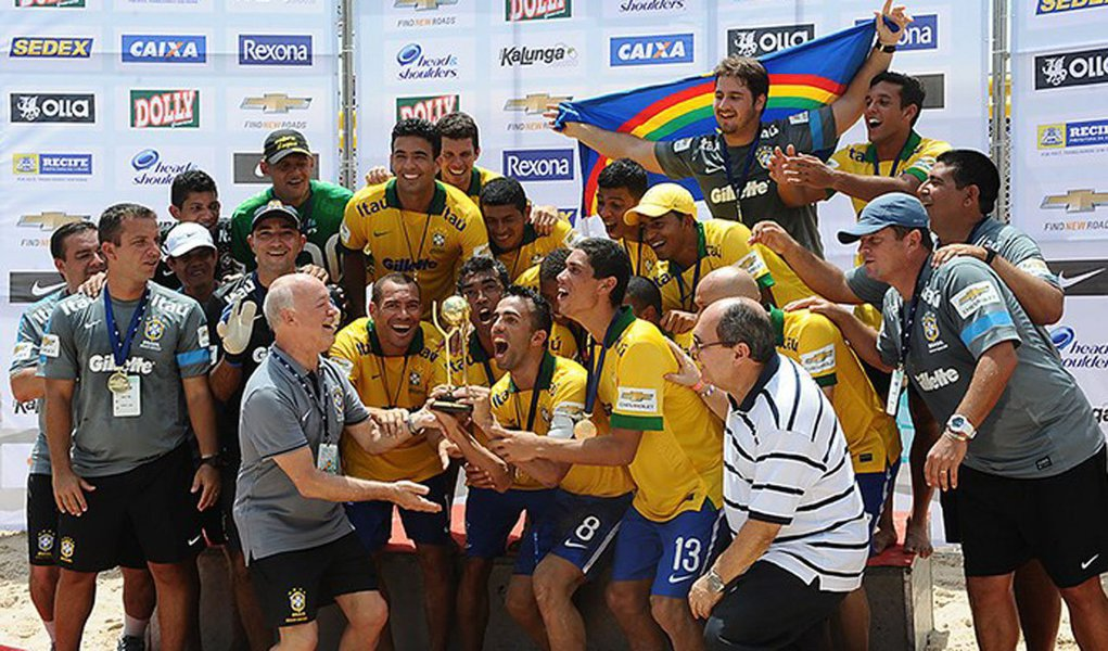 A Seleção Brasileira de Futebol de Areia derrotou, no Recife, a seleção portuguesa por 7 a 4 e conquistou o tricampeonato da Copa das Nações; a seleção da Suíça ficou em terceiro lugar ao derrotar o Uruguai por 5 a 3