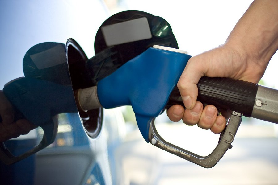 A informação é do Conselho Nacional de Política Fazendária (Confaz) que exige que o preço do combustível no Estado seja reduzido para R$ 2,9610 a partir do dia 1º de janeiro de 2014; determinação publicada no Diário Oficial da União (DOU) também estabelece que o litro do óleo diesel seja fixado em R$ 2,383 e o kg do gás liquefeito de petróleo (GLP), conhecido como gás de cozinha, em R$ 3,096