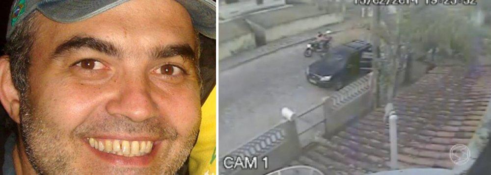 A Polícia Civil divulgou imagens do assassinato do jornalista Pedro Palma, de 47 anos, em Governador Portela, distrito de Miguel Pereira, localizado no sul do Rio, ocorrido em fevereiro deste ano; as imagens mostram Pedro descendo do carro; momentos depois, dois homens em uma moto se aproximam do veículo; um deles desce e dispara contra o jornalista; ninguém foi preso até o momento