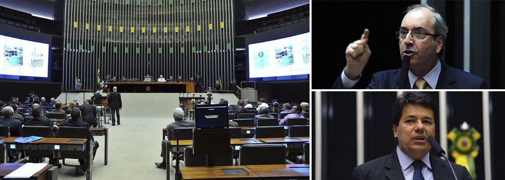 """Teste de fogo ocorre na sessão desta terça-feira; em meio à rebelião do PMDB, capitaneada pelo líder do partido, Eduardo Cunha, vai à votação o projeto do líder do DEM, Mendonça Filho (PE), com apoio do chamado """"blocão"""" de partidos insatisfeitos com o governo, que pede uma comissão para investigar supostas denúncias de propina na Petrobras; também está prevista a votação do projeto que cria o Marco Civil da internet; com a base dividida, o governo avalia obstruir a investigação à Petrobras e adiar a votação do Marco Civil, até que a rebelião seja debelada; em jogo o poder de liderança do governo no Congresso"""