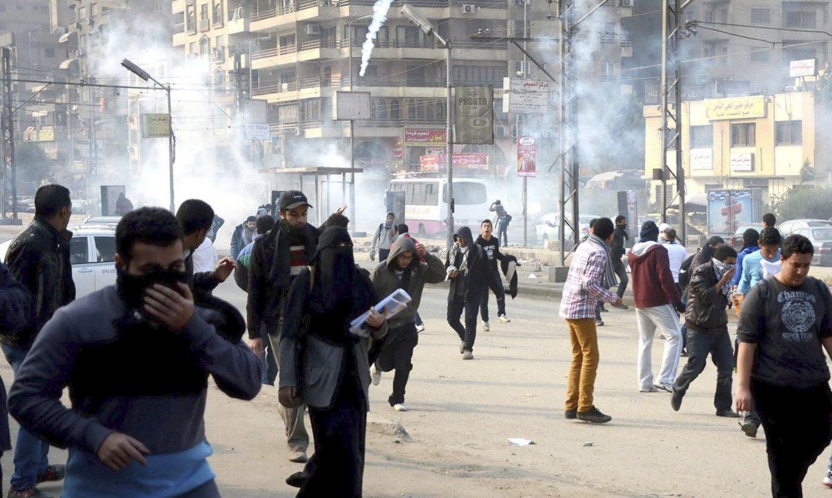 """Conselho de Ministros do Egito declarou hoje (25) a Irmandade Muçulmana como """"grupo e organização terrorista"""", anunciou o vice-primeiro-ministro Hosam Isa, citado pela agência estatal Mena; o governo acusou o grupo, do qual faz parte o presidente destituído, Mohamed Mursi, de ser responsável pelo ataque suicida de terça-feira (24) a uma esquadra da polícia; no ataque, 15 pessoas morreram e 134 ficaram feridas na cidade de Mansura"""
