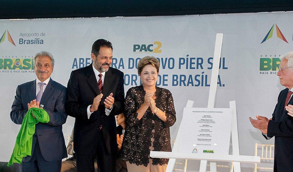 """""""O dinheiro que nós arrecadamos da outorga onerosa, das concessões aeroportuárias, vai ser destinado à construção de 270 aeroportos nessa primeira fase. Aeroportos essenciais neste país para que nós tenhamos de fato uma logística aeroportuária"""", disse a presidente Dilma Rousseff, nesta quarta (16), nainauguração do Píer Sul do aeroporto de Brasília"""