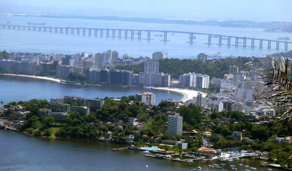 Para conter a criminalidade em Niterói, na região metropolitana do Rio, a cúpula de segurança do estado anunciou medidas que incluem reforço do efetivo policial na cidade; no último fim de semana, houve um protesto contra operações policiais na favela do Caramujo; manifestantes incendiaram ônibus e carros; dois jovens morreram na favela durante o feriadão; um foi baleado durante um tiroteio e outro bateu de moto no carro blindado da PM