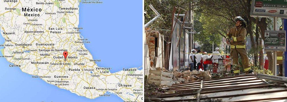 Um terremoto de 7.5 graus na escala Richter atingiu o norte de Acapulco, no México; de acordo com o Serviço Nacional de Sismologia, o tremor desta sexta-feira (18) provocou cortes de energia, além fissuras e quebra de vidros em prédios e residências; não há informações sobre vítimas; o epicentro do terremoto foi registrado a 37 quilômetros ao norte de Tecpan, a no Estado de Guerrero, a 56 quilômetros ao leste de Petatlan e 265 quilômetros ao sudoeste da Cidade do México
