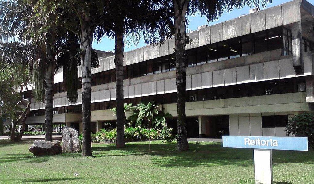 Eles reivindicam, entre outras coisas, a não instalação do ponto eletrônico e o restabelecimento da carga horária semanal de 30 horas; alguns setores da Universidade, como a biblioteca central e a garagem, estão fechados