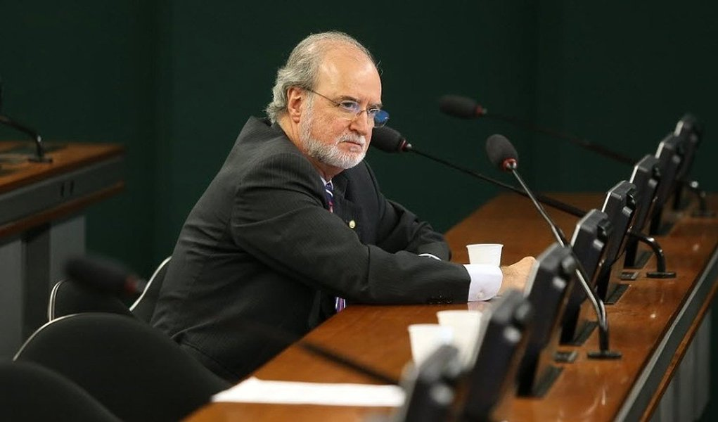 Suspeito de esquema de caixa 2 em sua campanha à reeleição ao governo de Minas Gerais, em 1998, Azeredo renunciou ao seu mandato na Câmara; com isso, o processo contra ele que corre no Supremo Tribunal Federal poderá ser remetido à primeira instância da Justiça, na 9.ª Vara Criminal de Belo Horizonte; promotoria vai requererque a ação seja julgada em separado para adiantar julgamento