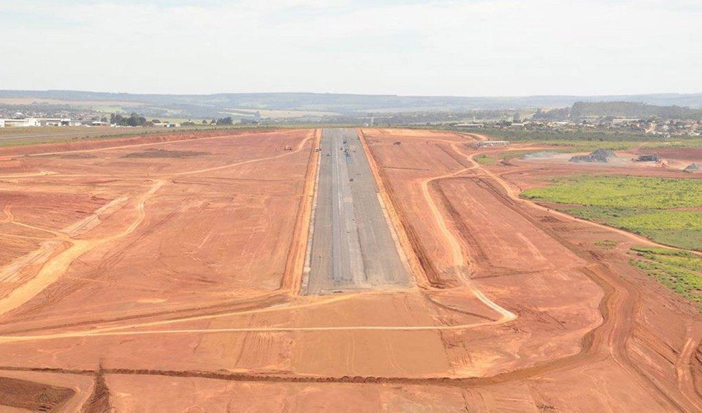 Obras da fase final do aparelho de infraestrutura em Anápolis estão orçadas em R$ 92 milhões; a licitação será na modalidade menor preço, com abertura das propostas na quarta-feira (16), às 9 horas, na sede da Agetop; a pavimentação da pista do aeroporto está em estágio avançado, com a conclusão de mais de 2 mil dos 3,3 mil metros projetados; previsão é que as obras sejam concluídas em junho