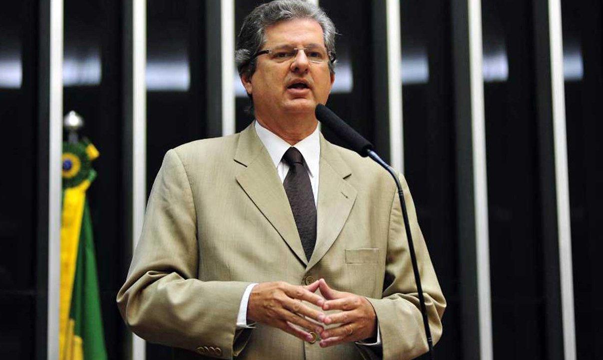 """Apesar de o ex-presidente Lula e a presidente Dilma Rousseff terem conquistado na Bahia e no Nordeste suas maiores vitórias, o deputado Jutahy Magalhães Jr., do PSDB, acredita que seu correligionário Aécio Neves vai quebrar o tabu na região; o tucano vê """"um sentimento de fora, PT, de cansei do PT. Não só no Nordeste e na Bahia, mas por todo o Brasil""""; o parlamentar afirma categoricamente que Lula não será candidato neste ano, pois, se o fosse, em sua avaliação, """"o PT estaria dando atestado de incompetência"""" a Dilma; ele acredita também que o resultado da Copa não interferirá nas eleições"""