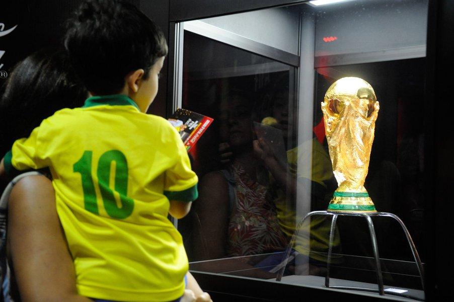 """Ontem, o secretário-geral da Fifa, Jérôme Valcke, admitiu que o estádio do jogo de abertura do Mundial, o Itaquerão, em São Paulo, ficará pronto """"no último minuto"""";segundo o ministério do Esporte, as obras estão 99% concluídas"""