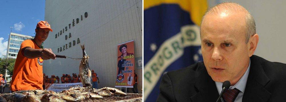 """Churrasco de sardinha e abacaxi organizado pela Força Sindical acontece no mesmo momentode reunião no Ministério da Fazenda com empresários de grandes grupos que atuam no país, comoJorge Gerdau eMurilo Ferreira, da Vale;""""Enquanto o governo está recebendo os maiores empresários do Brasil lá em cima para comer caviar, nós vamos comer nossa sardinha, aqui embaixo"""", disse Carlos Lacerda da Federação de Metalúrgicos"""