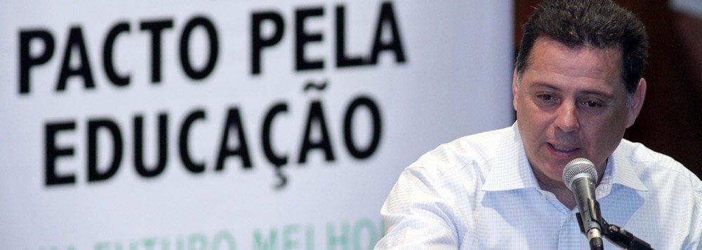 """Governador tucano de Goiás voltou a questionar condução da CPI do Cachoeira: """"Aquela CPI foi feita para me pegar""""; renovou críticas ao ex-presidente petista e disse que as supostas revelações do livro de Tuma Jr. ajudaram a restabelecer a verdade: """"Já havia o plano de liberar esses dossiês há 10 dias das eleições de 2010""""; durante balanço dos três anos de governo, Perillo disse que definição sobre candidatura à reeleição virá apenas em junho"""