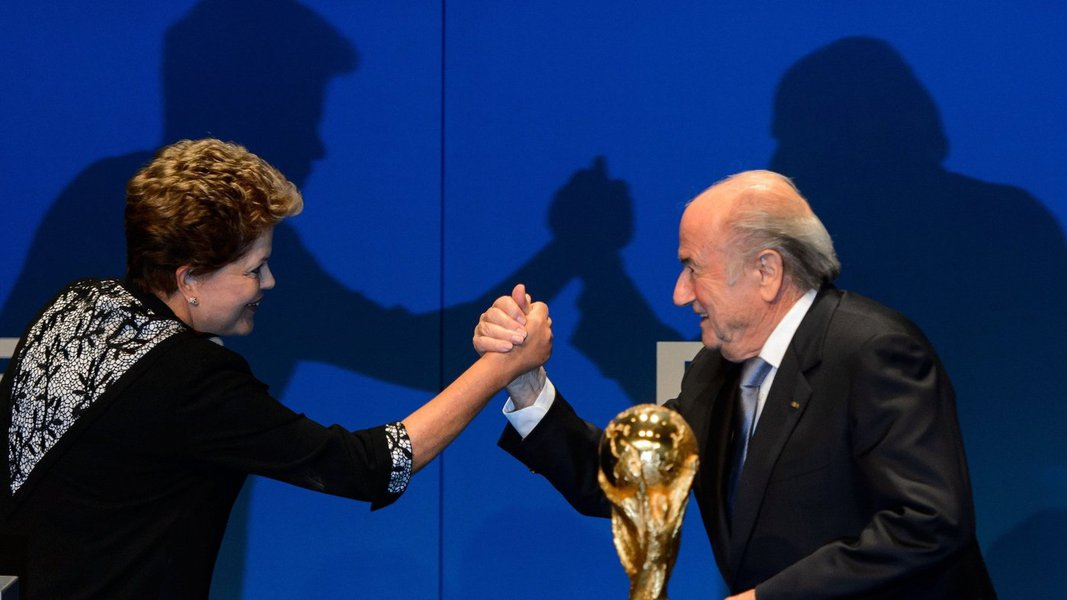 """Presidente da Fifa terá um encontro em Brasília com a presidente Dilma Rousseff em 2 de junho, a 10 dias do Mundial; """"Minha primeira visita será naturalmente à senhora Dilma Rousseff, a presidente, é uma questão de educação, respeito, e para desejar a ela tudo de melhor, e ela fará mesmo por mim porque estamos mo mesmo barco"""", disse Joseph Blatter"""