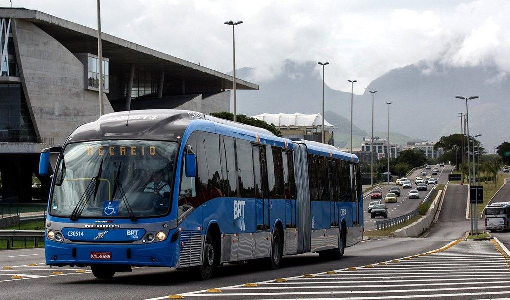 O Transcarioca liga a Barra da Tijuca ao Aeroporto Internacional Tom Jobim e é o primeiro corredor de alta capacidade no sentido transversal da cidade, que vai reduzir em 60% o tempo de viagem de ônibus no trajeto; são 39 quilômetros de extensão; segundo corredor exclusivo de ônibus, o Transcarioca, quando todas as estações estiverem operando, vai transportar 320 mil passageiros por dia