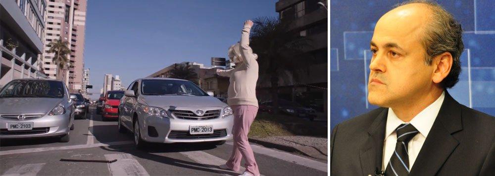 """""""Vovó Gertrudes"""", personagem da atriz Regina Vogue, estaria consumindo cerca de R$ 2,5 milhões da prefeitura da capital paranaense em publicidade"""