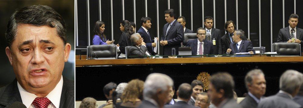 """Ao 247, o deputado federal José Guimarães (PT-CE), ex-líder do PT na Câmara, disse, nesta terça-feira (11), que é preciso """"dar um freio de arrumação e chamar o feito a ordem de uma vez por todas"""" em toda esta celeuma envolvendo a relação entre o seu partido e o PMDB; ele sugere que """"as lideranças do PT, do PMDB e do governo se sentem para discutir a relação""""; """"Não pode ficar nesse vale tudo, pois quem está se beneficiando disso é a oposição. Temos que distinguir o que é base e o que não base, para não ficar esse desmantelo"""", afirmou; ele também criticou a criação de uma comissão externa para investigar a Petrobras, aprovada a poucos instantes na Câmara; enquanto isso, o PMDB na Câmara dá força a seu líder, Eduardo Cunha, que já pregou até o rompimento com o PT"""