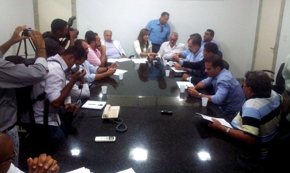 A presidente da União dos Municípios da Bahia (UPB), Maria Quitéria, afirma que o aumento do salário mínimo, que passa de R$ 678 para R$ 724 a partir deste mês, causarádemissões de servidores. Segundo ela, o reajuste na folha de pagamento terá impacto de 14% a 15%