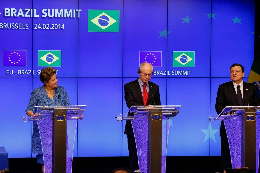 """Ao lado dos presidentes do Conselho da União Europeia, Herman Van Rompuy, e da Comissão Europeia, José Manuel Barroso, presidente afirmou, em Bruxelas, que oesforço para concretizar um acordo comercial entre Mercosul e União Europeia é uma """"enorme"""" contribuição no sentido de ajudar à recuperação econômica dos países europeus"""