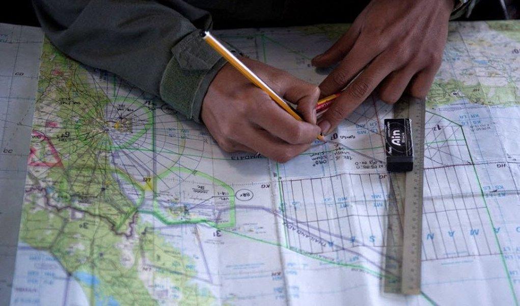 Investigadores do desaparecimento do voo MH370 da Malaysia Airlines suspeitam que o copiloto da aeronave tentou fazer uma ligação com seu celular depois que o avião foi desviado da rota, disse neste sábado o jornal New Straits Times, da Malásia, citando fontes não identificadas