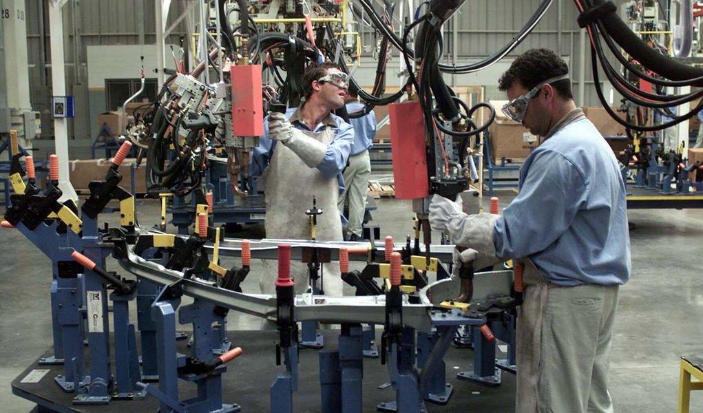 """Faturamento real da indústria subiu 2,7% em abril, comparado a março, após registrar queda de 6,4% no resultado anterior;segundo pesquisa divulgada pelaConfederação Nacional da Indústria, porém, o faturamento foi o único indicador que teve desempenho positivo na comparação de abril com março, """"o que confirma o desaquecimento da atividade industrial"""""""