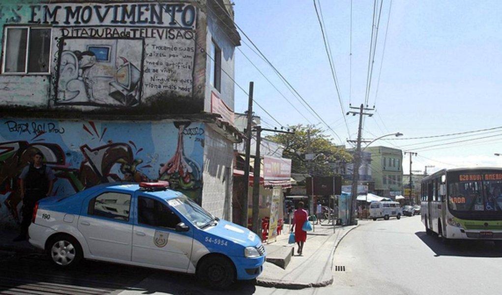 Dois policiais militares (PMs) foram baleados, no conjunto de favelas conhecido como Complexo do Alemão, zona norte do Rio de Janeiro, durante troca de tiros com criminosos no Largo do Bulufa; de acordo com a Coordenadoria de Polícia Pacificadora policiais da UPP do Alemão foram recebidos a tiros por criminosos armados, que se encontravam no Largo do Bulufa; os agentes revidaram e os bandidos fugiram; na ação, dois militares ficaram feridos