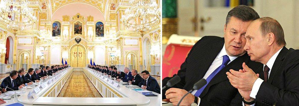 Governo russo reajustou o preço do gás que importa da Ucrânia e se comprometeu a comprar US$ 15 bilhões em títulos públicos ucranianos depois de uma reunião entre os presidentes Vladimir Putin e Viktor Yanukovich; com essa medida, assinada pelos líderes ontem (17), a Rússia manteve a Ucrânia sob sua esfera de poder