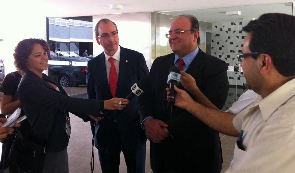 """Deputado Cândido Vaccarezza (PT-SP) se defendeu das críticas de que age em conjunto com o líder do PMDB, Eduardo Cunha (RJ), contra o Planalto: """"Quem elogiou Eduardo Cunha na última reunião que teve foi a presidente Dilma. Agora, eu defendo a aliança do PT com o PMDB""""; ele diz acreditar que tem o direito de ter opinião diferente da de seu partido, desde que acompanhe as orientações da bancada na hora de votar"""