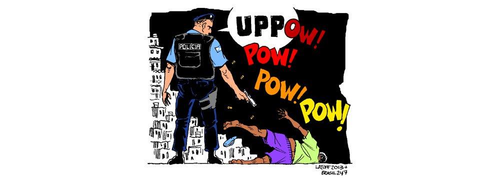 Em sua nova charge, o cartunista Carlos Latuff faz uma crítica à violência policial nas favelas, mesmo nas pacificadas