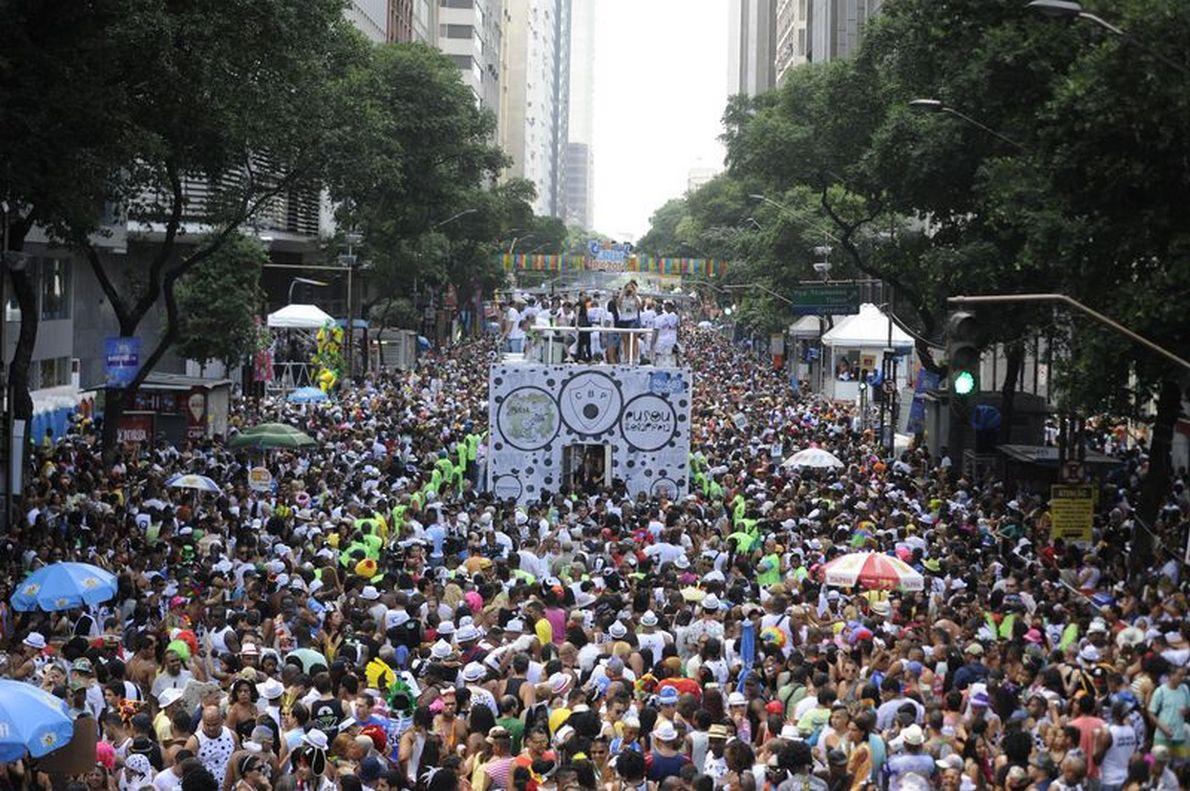 Um dos blocos mais antigos do Rio começou o desfile às 10h30 e arrastou cerca de 1 milhão de pessoas pelas ruas da capital; Bola Preta homenageou os 449 anos da cidade do Rio de Janeiro e contou com três trios elétricos para animar a multidão de foliões