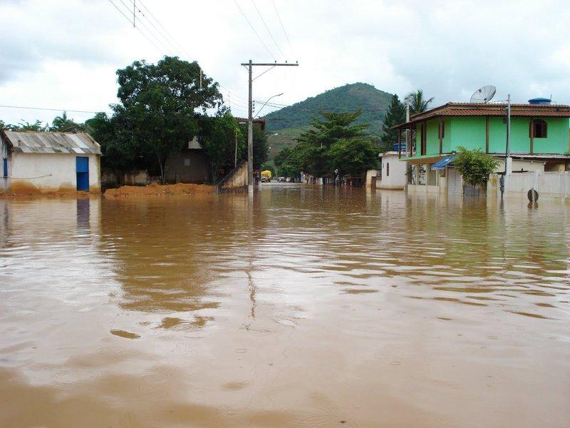 Com estado de emergência decretado em 45 de seus 78 municípios, desde o último sábado, o Espírito Santo vem sendo fortemente castigado pelas fortes chuvas que atingem a região há sete dias e já causaram seis mortes, deixaram 45 feridos e mais de 40 mil desabrigados ou desalojados