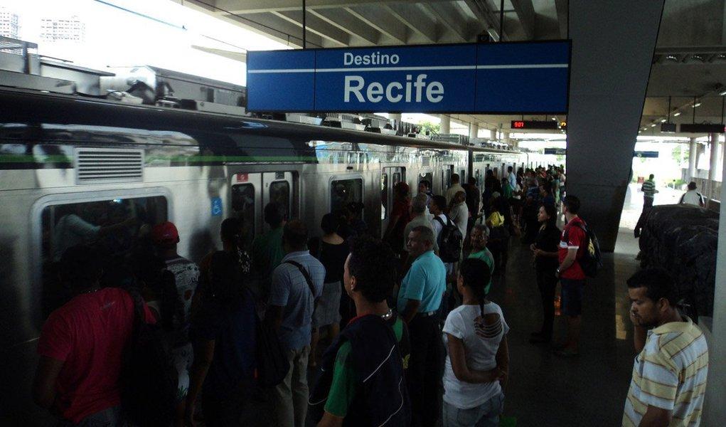 Os metroviários do Recife decidiram suspender as atividades a partir do próximo sábado (1), dia do tradicional bloco carnavalesco Galo da Madrugada, estendendo a paralisação durante todo o período do Carnaval, por tempo indeterminado; a ação foi definida um dia após um quebra-quebra protagonizado por passageiros, que protestaram contra um atraso de 20 minutos em um dos trens na estação do Coqueiral; a falta de manutenção seria, de acordo com os trabalhadores, o motivo para o atraso nos horários, que resulta nos protestos da população e na insegurança vivida pela categoria