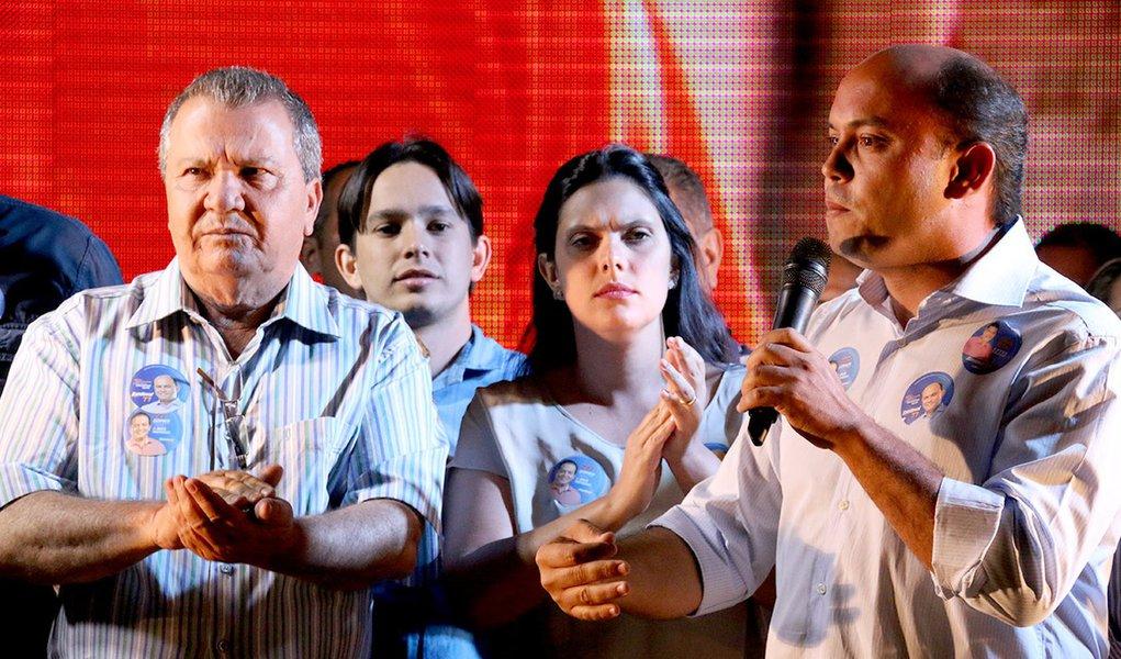 """O governador Sandoval Cardoso, candidato à reeleição pela coligação """"A mudança que a gente vê"""", assegurou que nesta terça-feira, 9, irá registrar em cartório o compromisso de cumprir na íntegra o mandato de Governador, caso seja reeleito; """"Assim que chegar em Palmas vou registrar em cartório esse compromisso de cumprir o mandato na íntegra e vou levar esse documento e apresentar em público na sabatina da OAB"""", afirmou; a medida é para conter a onda de boatos de que Sandoval não terminaria o governo para possibilitar uma suposta ascensão de Eduardo Siqueira Campos (PTB), candidato a deputado estadual, ao poder"""