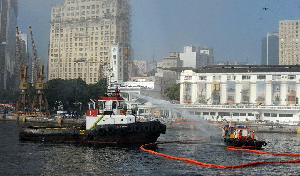 Para marcar o Dia Mundial do Meio Ambiente, o comitê do Plano de Área da Baía de Guanabara (PABG) fez o 1º Exercício Completo de Resposta de Vazamentos de Óleo no Mar; o exercício simulou o choque entre duas embarcações, o que resultou em um vazamento de combustível e um princípio de incêndio em um dos barcos; o plano de emergência individual, que integra o PABG, foi acionado para conter o derramamento e recolher o óleo por meio de barreiras de contenção e recolhedores – que são uma espécie de bomba de sucção