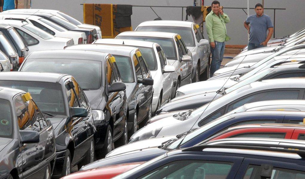 As vendas de veículos automotores por concessionárias ao mercado interno caíram 2,29% em 2013, na comparação com 2012, totalizando 5,458 milhões unidades no ano. A queda foi puxada pelo fraco desempenho do segmento automóveis, com recuo de 3,05%