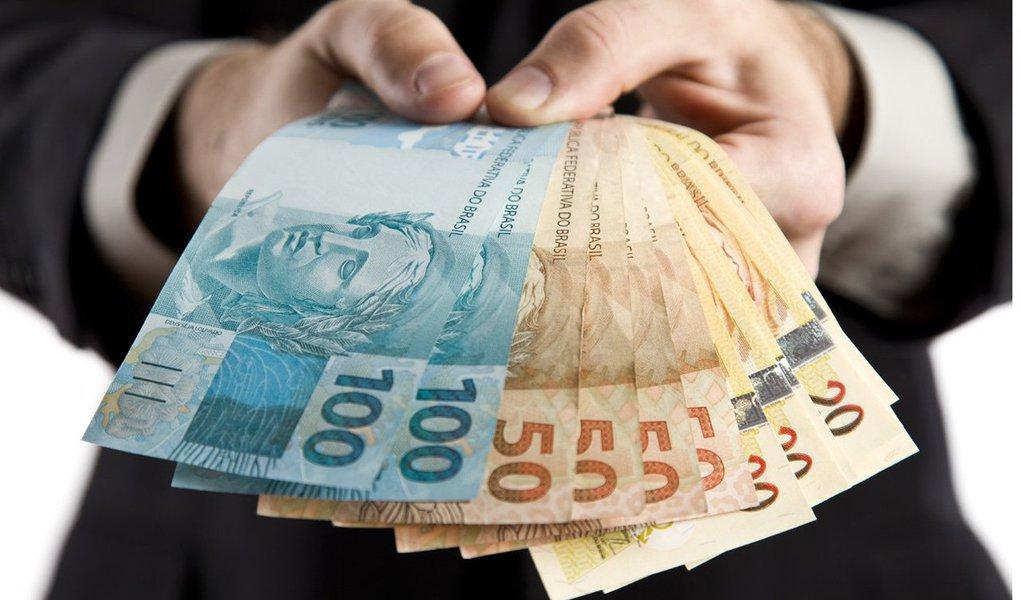 Valor é 6,78% superior aos R$ 678 atuais; percentual está acima da inflação medida pelo IPCA que, segundo a projeção mais recente do boletim Focus, deve fechar o ano em 5,72%;aumento do salário mínimo está previsto na Lei Orçamentária Anual de 2014