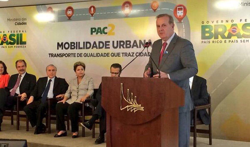 Prefeito de Goiânia assina convênio com a presidente para liberação de recursos ao corredor exclusivo Goiás BRT Norte/Sul, que terá 21,7 km de extensão e ligará as regiões Noroeste (Recanto do Bosque) e Sudoeste (na divisa com Aparecida de Goiânia), além de mais corredores preferenciais de ônibus; financiamento é proveniente do PAC-2 Grandes Cidades/Programa Pró-Transportes e do PAC-50; administração municipal investirá R$ 545,3 milhões em plano de mobilidade