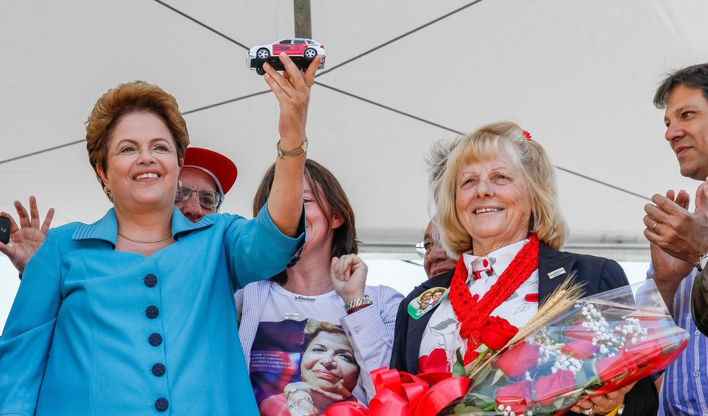 """Presidente Dilma Rousseff (PT) disse neste sábado (6), durante evento com taxistas, em São Paulo, que em seu eventual segundo mandato não vai haver """"tarifaço""""; """"Nós somos contra o tarifaço, tem gente querendo que a gente atrele o preço da gasolina e do diesel ao preço do petróleo no mercado internacional. Ao invés de o Brasil definir o preço, quem definiria seria o mercado internacional"""", afirmou"""