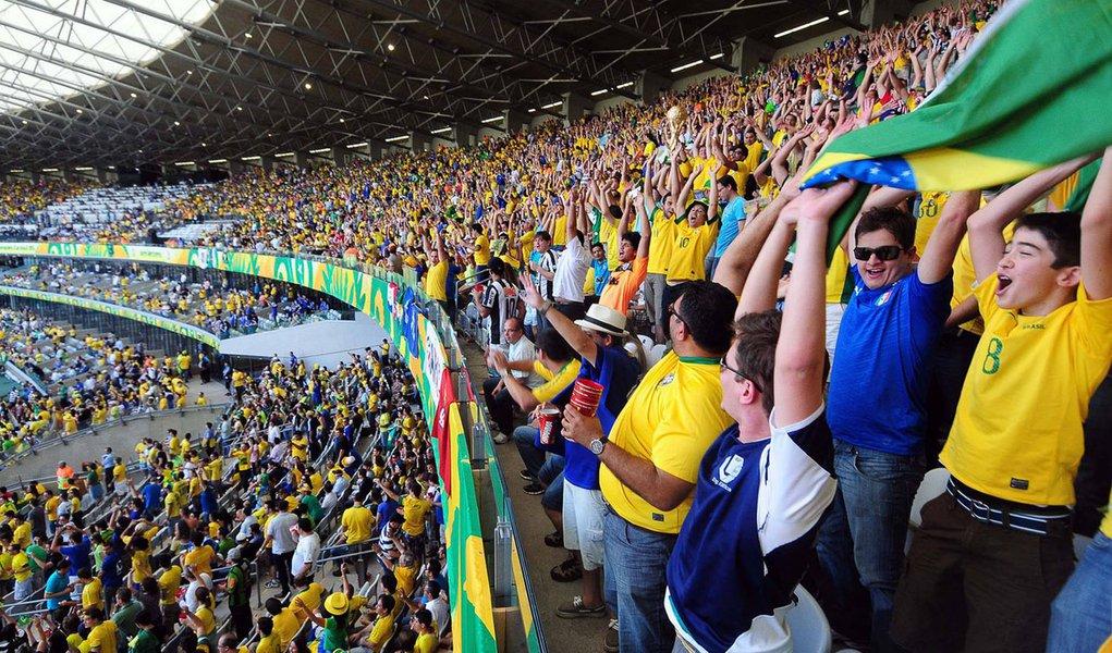 Um estudo divulgado pelo Instituto de Pesquisa Maurício de Nassau apontou que 71,5% dos 621 entrevistados com mais de 16 anos disseram ser a favor da realização do torneio no Brasil; e, diante dos constantes protestos que vêm ocorrendo em nível nacional, 66,2% da população afirmaram que são contra manifestações durante mundial