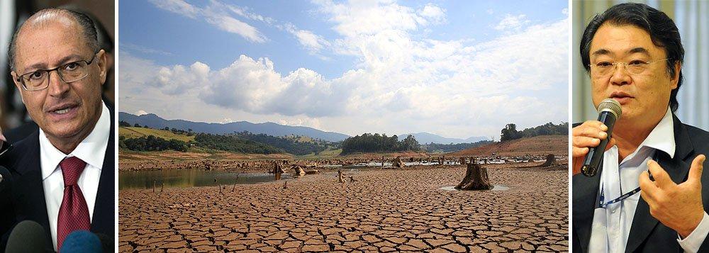 """Documento oficial contradiz discurso dopróprio diretor da Sabesp,Paulo Massato, e do governador Geraldo Alckmin (PSDB):""""Se as chuvas não retornarem a índices adequados e, consequentemente, os níveis dos reservatórios não forem restabelecidos, poderemos ser obrigados a tomar medidas mais drásticas, como o rodízio de água"""", diz trecho do Relatório de Sustentabilidade; o volume de água nos reservatórios do Sistema Cantareira continua a cair e a bater recordes negativos, chegando pela primeira vez a 12,9% da capacidade"""