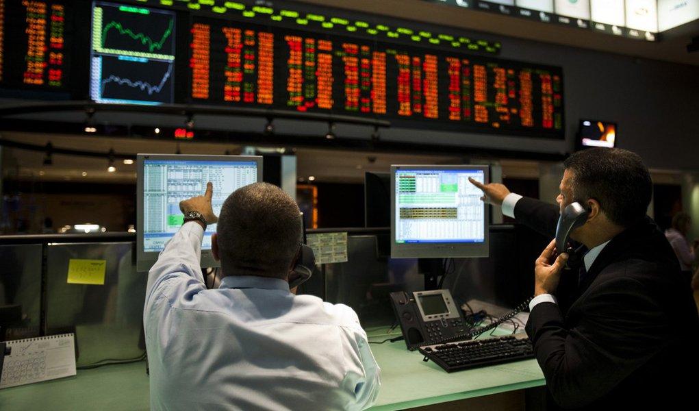 Depois da desvalorização de 15,5% no ano passado, o mercado de ações brasileiro manteve o ritmo de queda no primeiro pregão de 2014 e diminuiu mais 2,26%