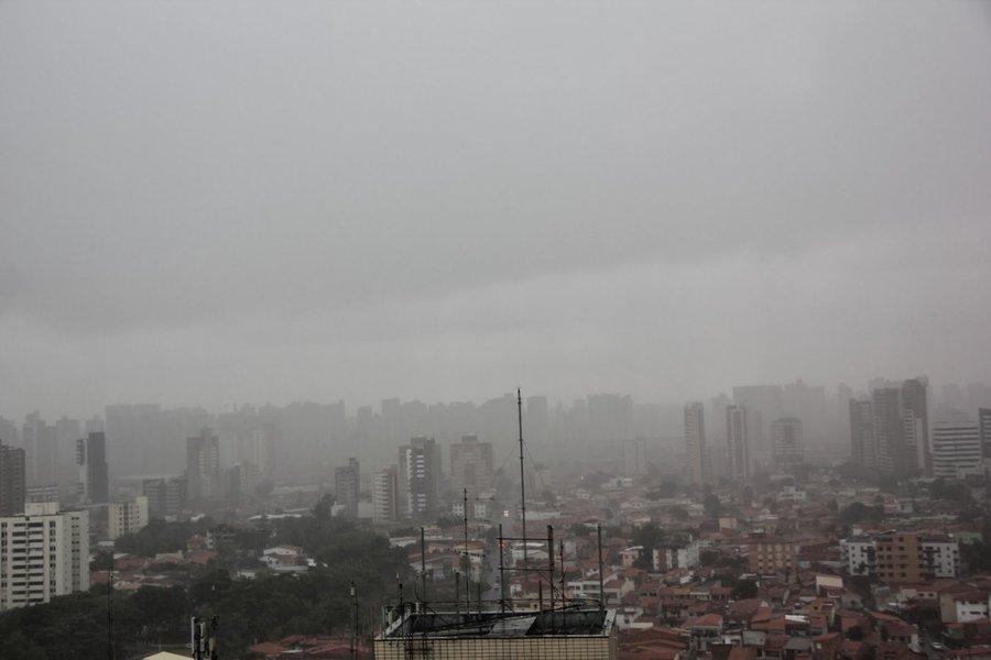 Trânsito parado, ruas alagadas, semáforos apagados. A forte chuva que banhou a capital cearense na madrugada e manhã desta terça-feira (14) causou transtornos para os moradores da cidade, que enfrentaram inúmeras dificuldades para chegar ao trabalho. A Funceme registrou precipitação de 60mm, das 7h de ontem às 7h de hoje