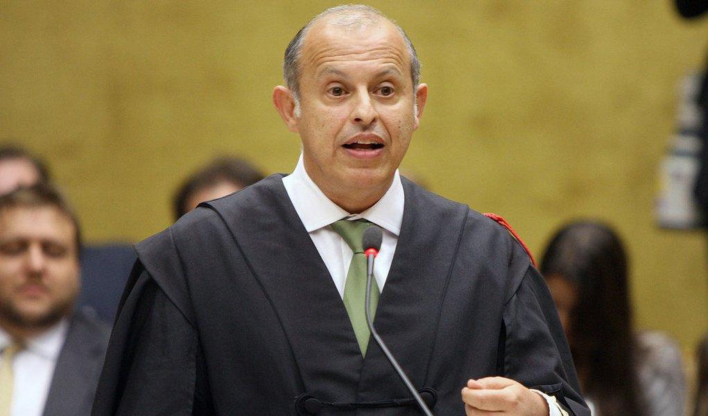 """Alberto Zacharias Toron, advogado do deputado federal João Paulo Cunha (PT-SP), afirmou que seu cliente ainda não se apresentou à Polícia Federal porque não foi expedido o mandado de prisão pelo STF; """"Não há mandado de prisão, não há ordem de prisão expedida"""", explicou"""