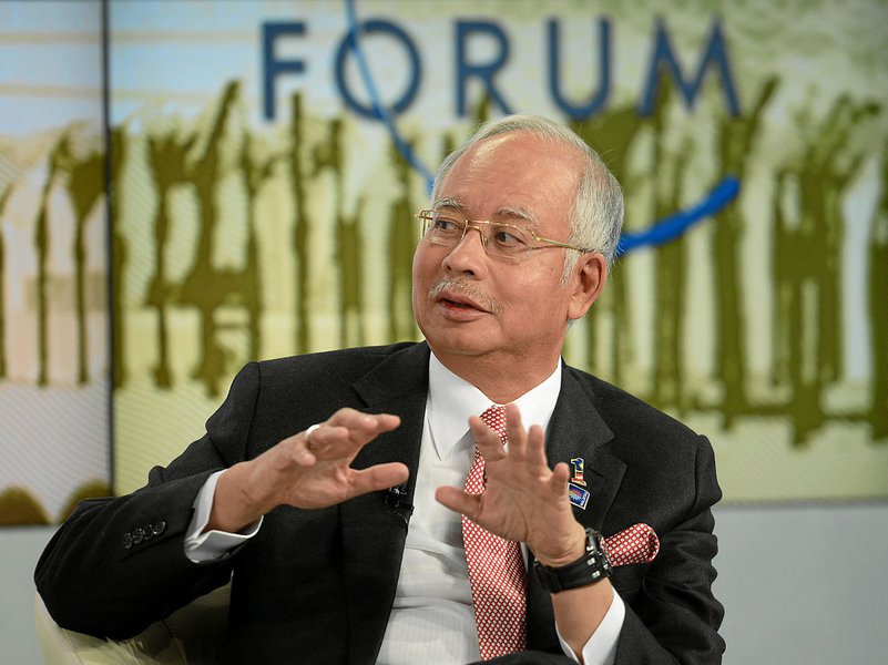 Investigadores acreditam que alguém a bordo do avião desaparecido da Malásia desligou deliberadamente os sistemas de comunicação e rastreamento, mudou a rota do avião e voou por quase sete horas até que a aeronave desaparecesse, disse neste sábado o primeiro-ministro do país Najib Razak