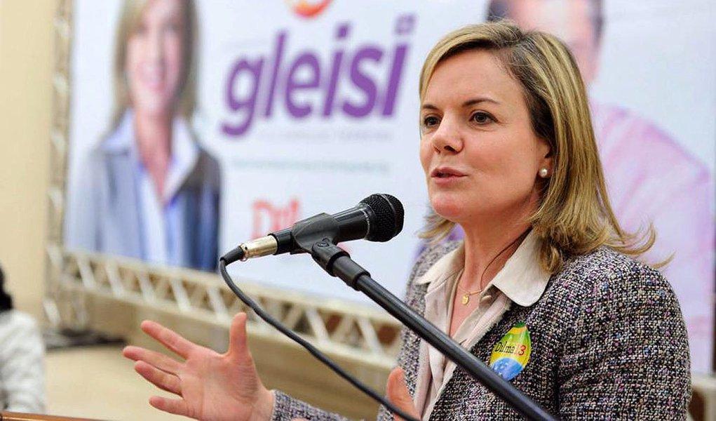 """""""Se queremos melhorar a política, temos que participar dela. E este é o momento. Se as pessoas com boas intenções não participam, fica um vácuo. Aproveito e faço um apelo aos jovens: participem da política porque amanhã vocês vão desempenhar o papel de continuar construindo o Paraná e o Brasil"""", disse acandidata ao governo do Estado, Gleisi Hoffmann, em entrevista a Rádio Novo Tempo"""
