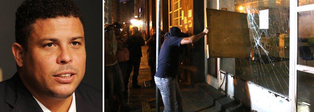 """Ex-jogador Ronaldo se disse favorável às manifestações que os brasileiros têm feito pelas ruas contra a corrupção, mas defendeu repressão aos vândalos; """"Os protestos são sempre válidos. Os protestantes que vão às ruas exigir as coisas que a população tem direito. Mas no momento que tem vândalos mascarados, a polícia tem que conter"""", disse ele, nesta quinta (29), durante sabatina da Folha; segundo Ronaldo, """"momento de fazer a maior manifestação da história é em 5 de outubro"""", dia das eleições"""